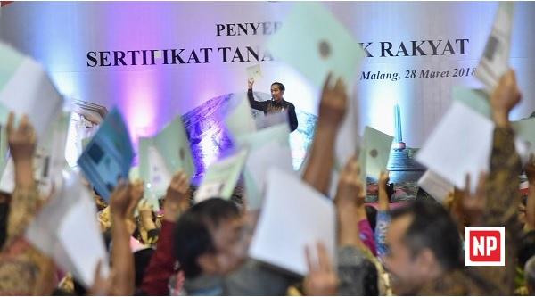 Bagikan Sertifikat Tanah di Malang Raya, Jokowi Sentil Amien Rais
