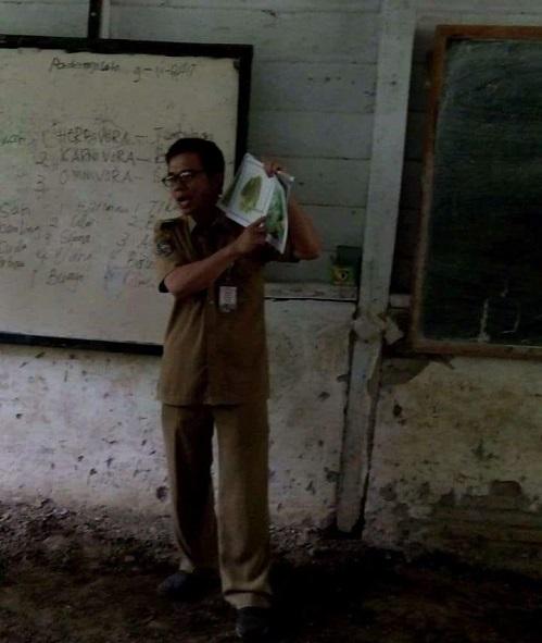 Guru mengajar dengan infrastruktur pendidikan seadanya