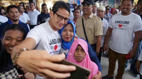Berkunjung ke Depok, Sandiaga Uno Beri Tutorial Selfie