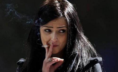 Atas Nama Kebebasan, Perempuan Arab Mulai Merokok di Ruang Publik