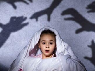 Menakut-nakuti Anak